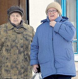 Екатерина Дмитриевна (справа) с подругой по дороге в баню. Уйдя на пенсию, КОСТЕРИНА работает в охранном агенстве в Москве вахтовым методом