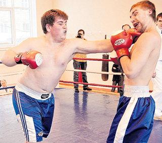Тяжеловесы Сергей ЮЩЕНКО (справа) и Виктор ТАРАСОВ на ринге...
