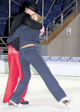 Супруги нежно обнимались прямо на льду, не обращая внимания на окружающих