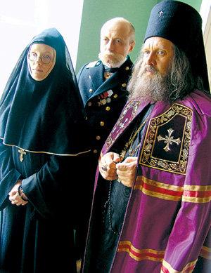 Прокурор Бердичевский (Александр СИРИН) и отец Митрофаний (Александр ФЕКЛИСТОВ) всегда готовы прийти на помощь Пелагии