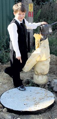 Славик настоял, чтобы родители установили рядом с люком чучело, предупреждающее детей об опасности