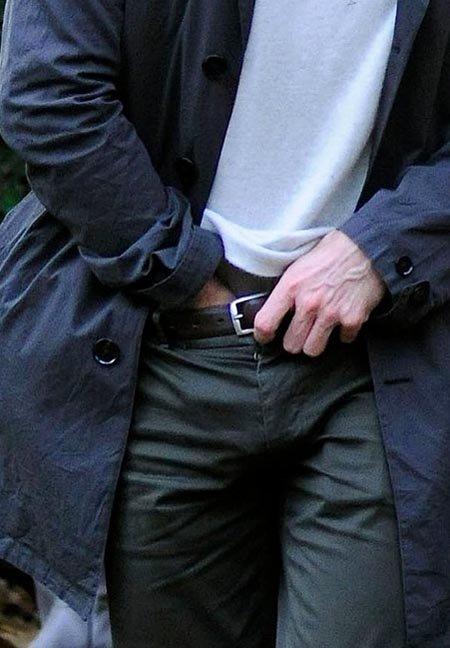 Залез мужчине в брюки фото