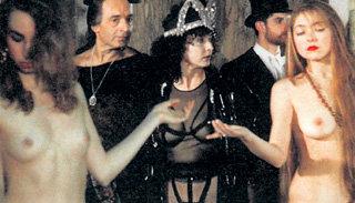 В отличие от телеверсии, в фильме Юрия КАРЫ Маргарита на бал явилась голой...