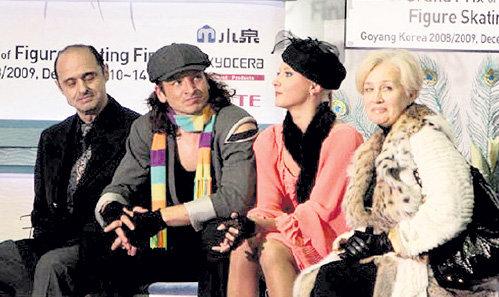 ЛИНИЧУК (справа) и КАРПОНОСОВ (слева) с чемпионами мира-2009 Оксаной ДОМНИНОЙ и Максимом ШАБАЛИНЫМ