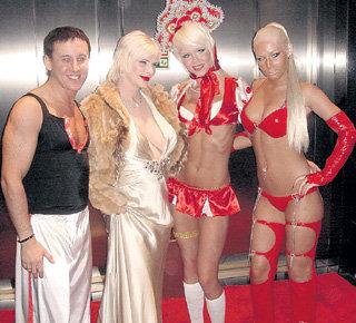 ЧИЧЧОЛИНА (в платье) помогла порнографу Бобу ДЖЕКУ подготовить девушек, отвечающих всем требованиям разборчивого спортсмена