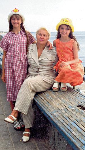 Ранние воспоминания Миры связаны с родным Бердянском. На фото - с бабушкой Людмилой Сергеевной и сестрой Кристиной