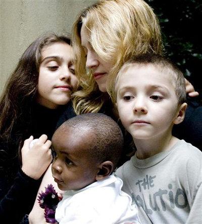 Мадонна с дочерью Лурдес и сыновьями Рокко и Дэвидом