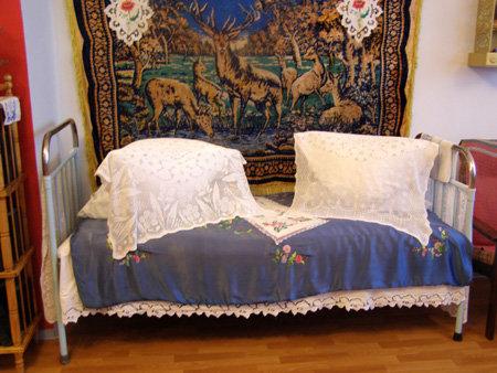 Никелированная кровать помнит много жарких ночей