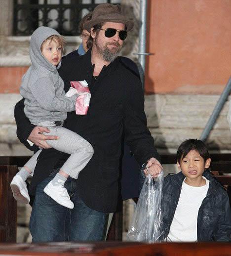 Брэд Питт с дочкой Шайло и сыном Паксом. Фото Daily Mail.