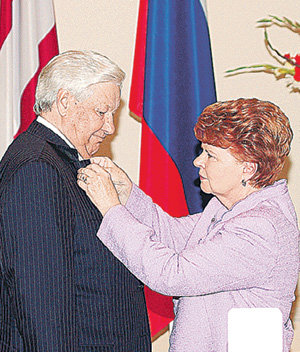 22 августа 2006 года Вайра ВИКЕ-ФРЕЙБЕРГА вручила Борису ЕЛЬЦИНУ орден Трёх звезд I степени за развал Советского Союза