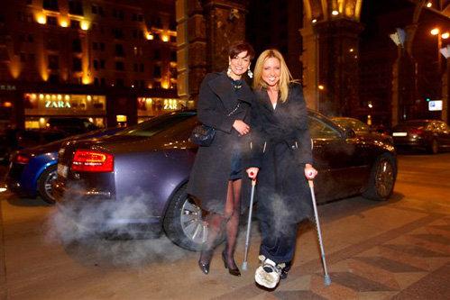Телеведущая Дарья СУББОТИНА пришла на вечеринку на костылях. Татьяна ГЕВОРКЯН заботливо поддерживала хромающую подругу