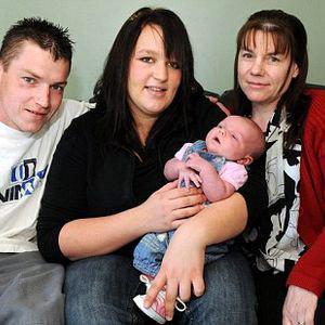21-летняя жительница Британии Белинда Уэйт неожиданно для себя стала мамой. На фото - с мужем и свекровью