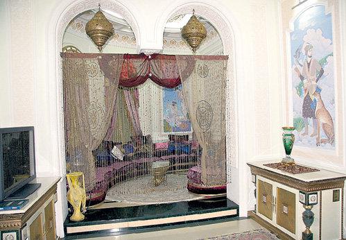 Салим-бай не курит и держит кальянную только для развлечения гостей