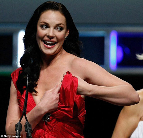 Кэтрин Хейгл - когда на сцене падает платье, остается только смеяться - фото The Daily Mail