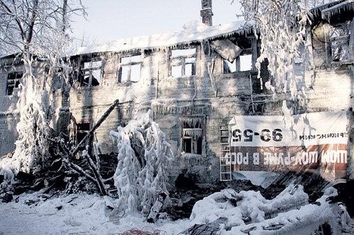 Подождав, пока «муромцевский барак», где жили шесть семей и был народный музей, выгорит изнутри, пожарные стали долго поливать его водой