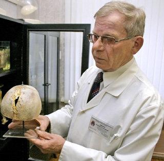 Профессор Евгений Мишин с черепом человека, который сам себя дубасил по голове топором, начитавшись Достоевского