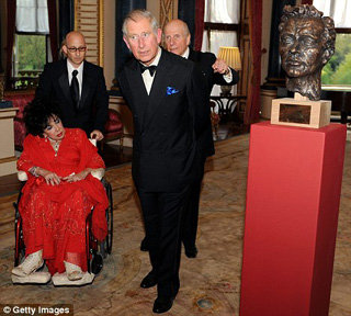 Элизабет Тейлор и принц Чарльз в Букингемском дворце  - фото The Daily Mail
