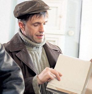 Вячеслав Толстопятов (Владимир ВДОВИЧЕНКОВ) на вокзале рисует схему касс, которые скоро ограбит