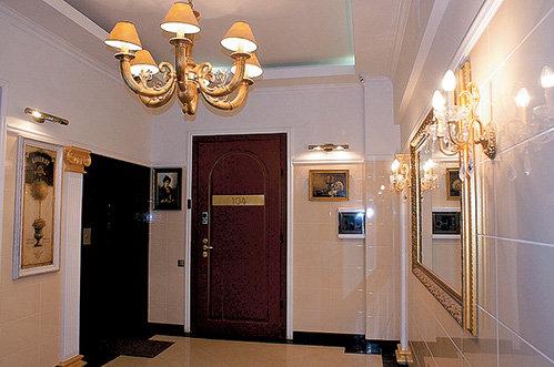 Лестничная клетка Андрея ДАНИЛКО украшена картинами и зеркалами