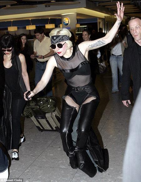 Леди Гага споткнулась...