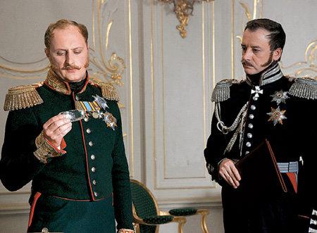 Андрей (слева) в роли царя Николая I в сериале «Смерь Вазир-Мухтара»