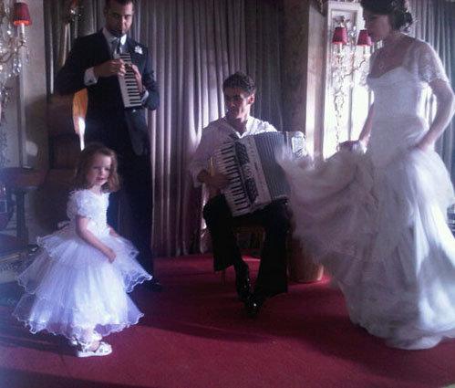 Мила и Эвер танцуют под наигрыши Петра Дранго и Ивана Урганта.
