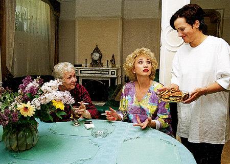 Заботливая хозяйка Лала любит побаловать родных вкусненьким: маму и бабушку Серафиму Михайловну - блинчиками…