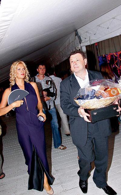 Олеся СУДЗИЛОВСКАЯ получила от организаторов тяжёлую корзину косметики. Тащить подарок пришлось шофёру звезды