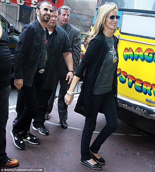 Ринго Старр и его жена Барбара Бах на фоне автобуса Magical mystery tour, который специально привезли в Нью-йорк к юбилею музыканта