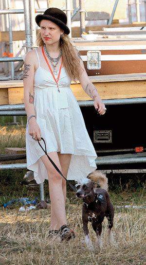 Оставив САМОЙЛОВА отдыхать в гримерке, Валерия отправилась выгуливать свою китайскую хохлатую собаку Моню