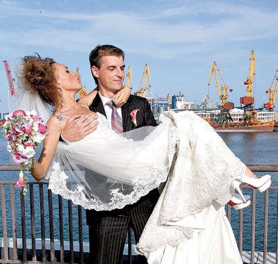 Чтобы невеста не запачкала платье в Одесском порту, АДОЕВЦЕВ взял её на руки