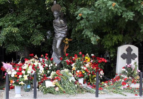 Могила ВЫСОЦКОГО на Ванганьковским кладбище. Справа - могила его матери Нины Максимовны
