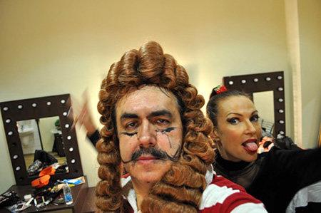 Из-за форс-мажора с костюмами и декорациями актёрам пришлось играть в костюмах, которые оказались под рукой