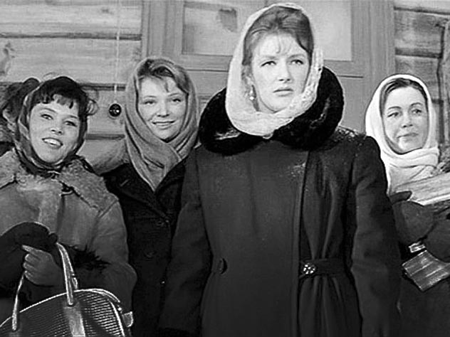 Слева направо: Катя (Л. Овчинникова), Вера (Н. Меньшикова), Анфиса (С. Дружинина), Надя (И. Макарова)