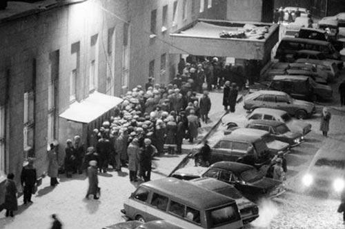 Ночная очередь возле одного из филиалов Сбербанка. На дворе – напомним - январь месяц. Источник: mirnews.su