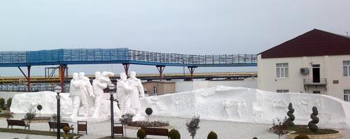 Памятник нефтяникам, Нефтяные Камни, Азербайджан. wikimedia