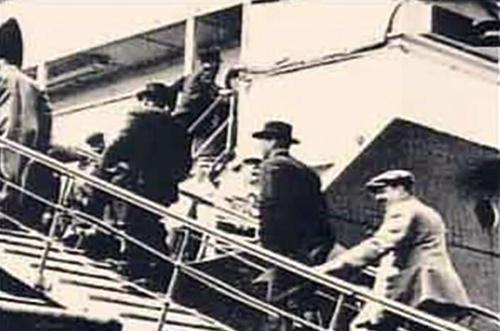 Люди поднимаются на бот Титаника
