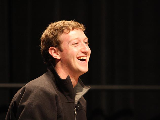 Юзеры Сети назвали Цукерберга рептилоидом из-за странных штанов