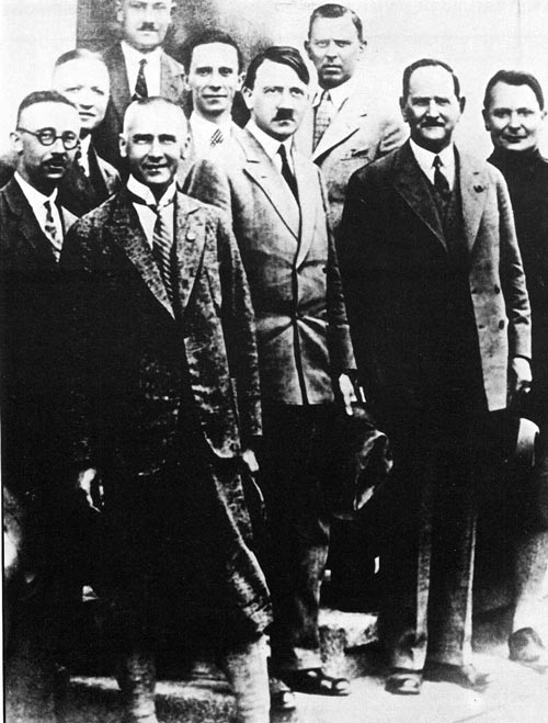 Гитлер с руководством НСДАП в конце 20-х годов. wikimedia