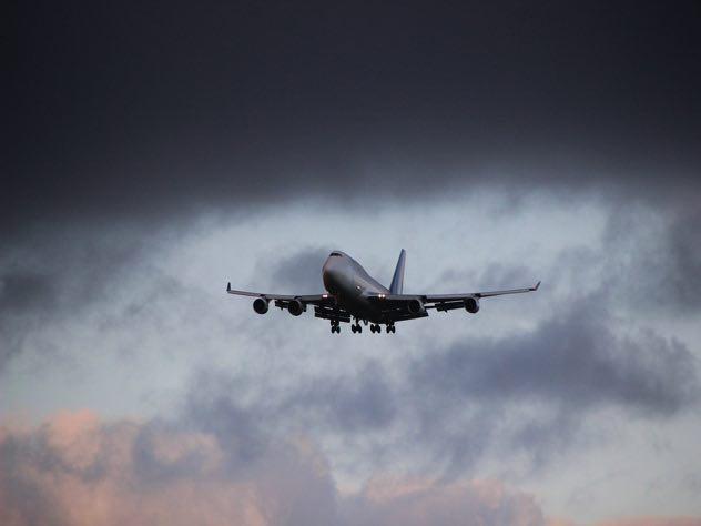 Рейс AZUR air Дубай— Петербург задержали на12 часов