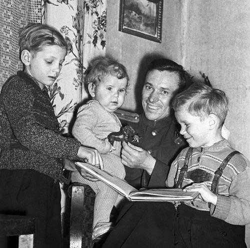 Писатель Андрей Некрасов с детьми, 1954 год. Фото С.Иванова — Аллилуева (Фотохроника ТАСС)