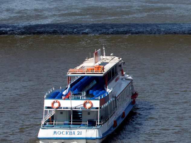 Среди экипажа и пассажиров теплохода «Москва», севшего на мель на Оби, царила паника и неразбериха. Об этом рассказал один из пассажиров судна.