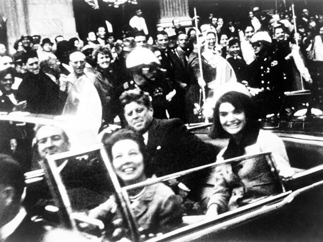 22 ноября 1963 года. Через несколько мгновений Джон Кеннеди (на фото второй справа, рядом с ним жена Жаклин) будет убит. Источник: wikimedia.org