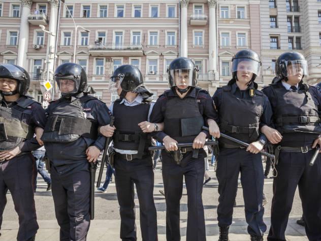 Полиция вооружена спецсредствами