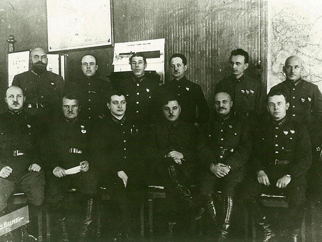 Высший комсостав РККА. Большинство из присутствующих будет расстреляно в течение 1937-1938 годов. Источник: wikipedia.org