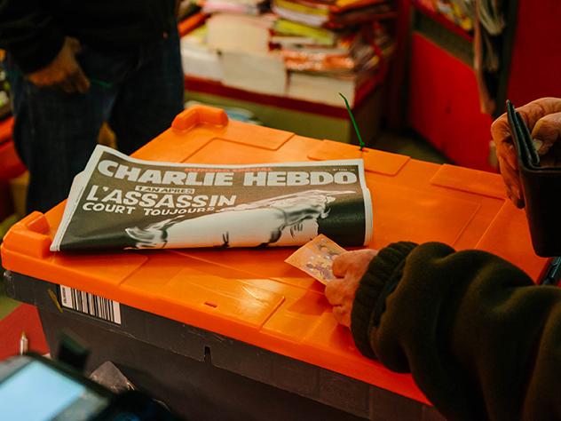 Новый выпуск французского журнала Charlie Hebdo вышел с карикатурой на обложке, посвященной чемпионату мира по футболу в России.