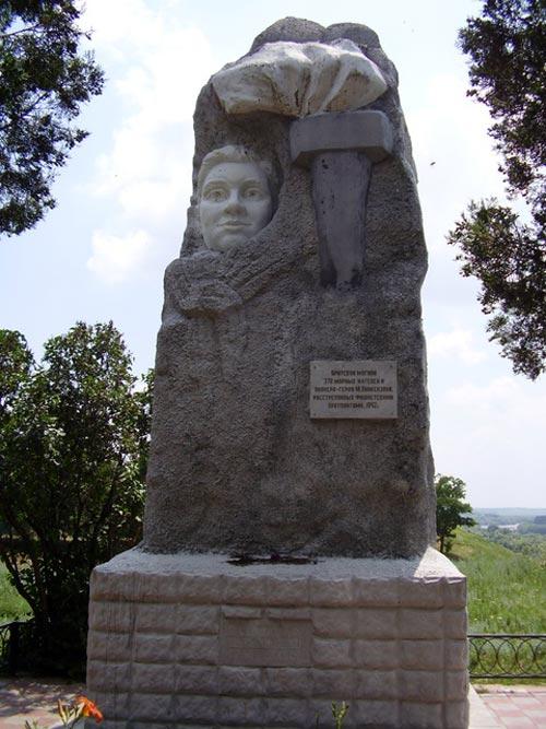 Памятник Мусе Пинкензону и расстрелянным на этом месте усть-лабинцам. Источник: wikimedia.org