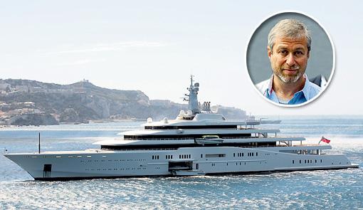 Девятипалубная Eclipse часто сдаётся в аренду по 2 миллиона евро за неделю, поскольку годовое содержание в 33,5 миллиона евро - немалые деньги даже по меркам Романа Абрамовича