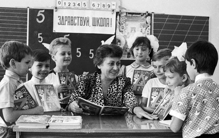 Учительница первого класса Т.В.Нацевичо знакомится со своими будущими учениками. Фото: Мосенжник Юзеф / Фотохроника ТАСС