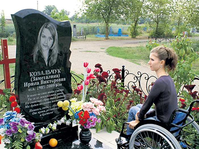Анна Клименко на могиле погибшей невесты